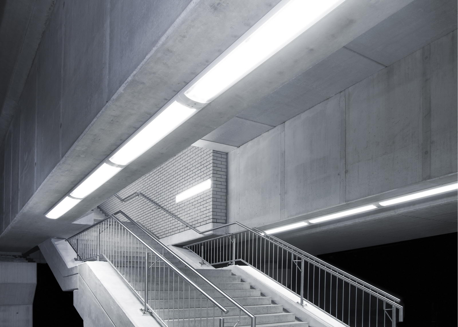 Die Bildserie des Essener S-Bahnhofes stammt noch aus meiner Studienzeit. Die Architektur wirkt freigestellt, da es durch die Dunkelheit keinen Bezug mehr zur Umgebung gibt. Somit geht es um das Produkt S-Bahnhof. Eine Ansammlung von Material und Produkten, verknüft und freigestellt zugleich.