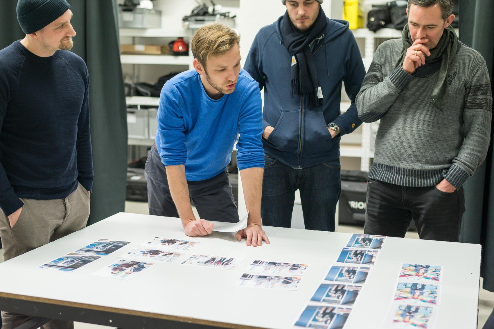 Gemeinsam mit anderen Fotografen führen wir in unserem Studio regelmäßig Bildbesprechungen zum Austausch und zur Bewertung unserer Bilder durch.