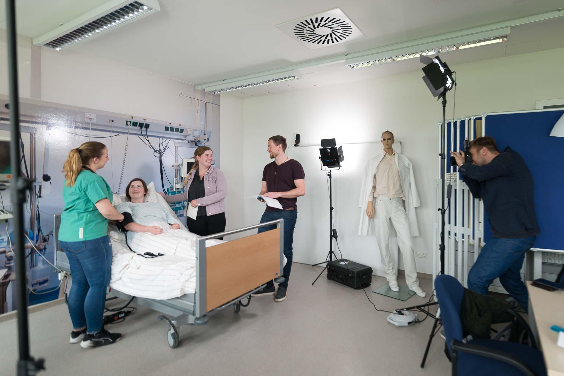 Während des Shootings für den Fachbereich Gesundheitswesen der Hochschule Niederrhein. Man beachte den lässigen Typ - der zweite von rechts ;)